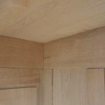 Hier wird später einer der 4 Holzkeile angebracht mit denen der ganze Schrank sicher gehalten wird.